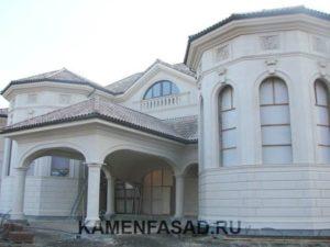 Известняк отделка фасада дома с колоннами